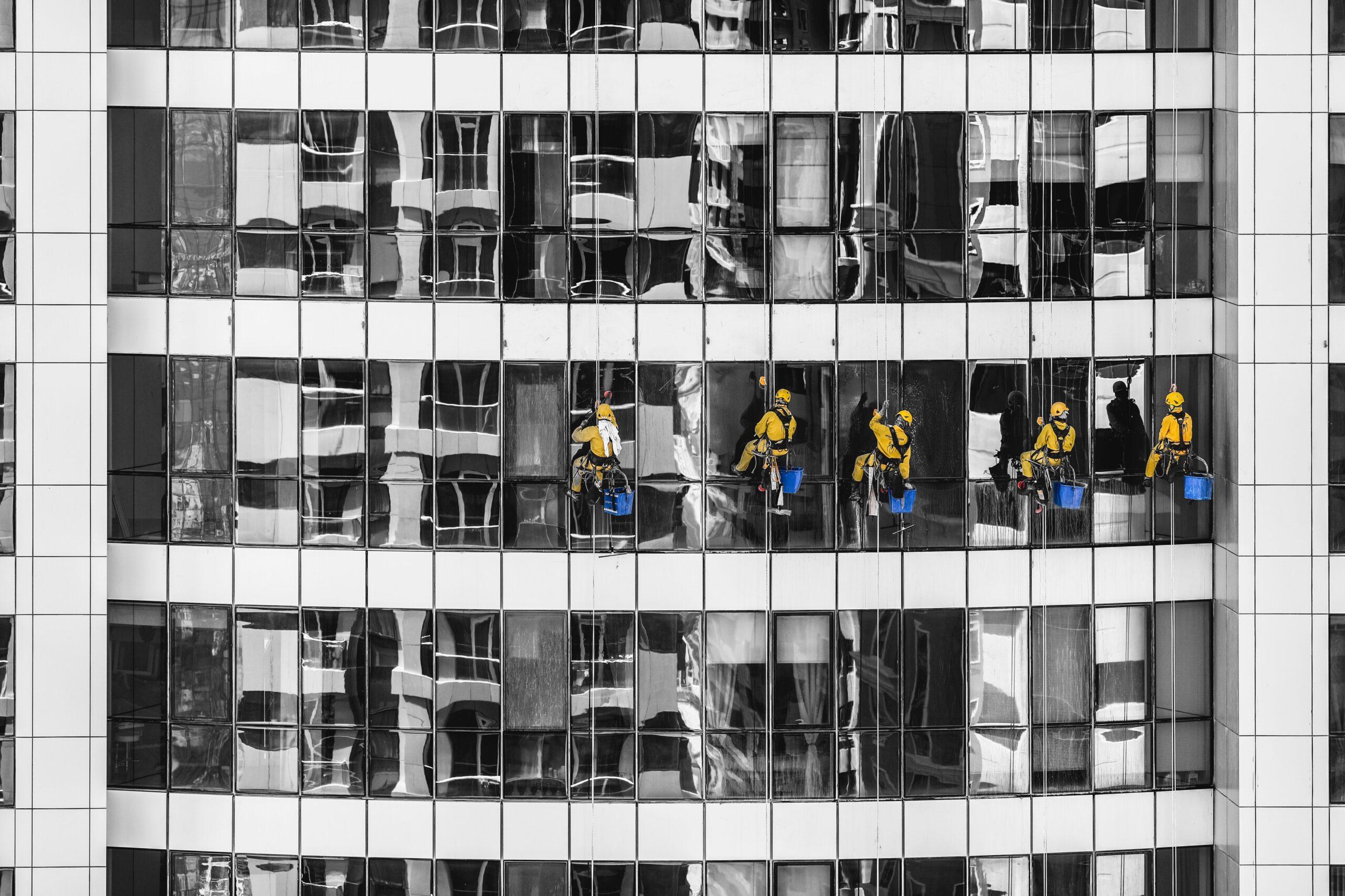 прекариат в россии, мужчины моют окна