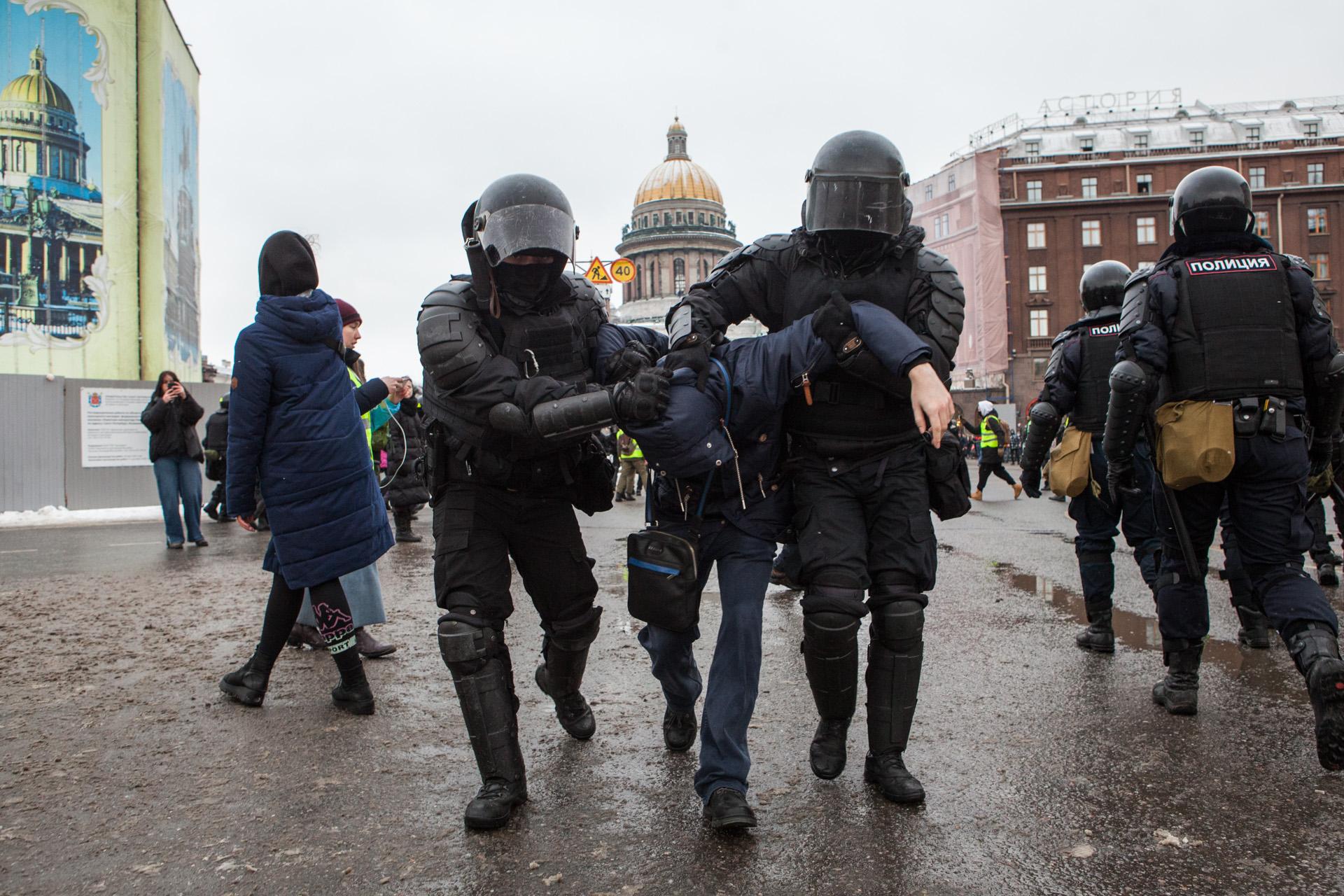 полицейские бьют митинг
