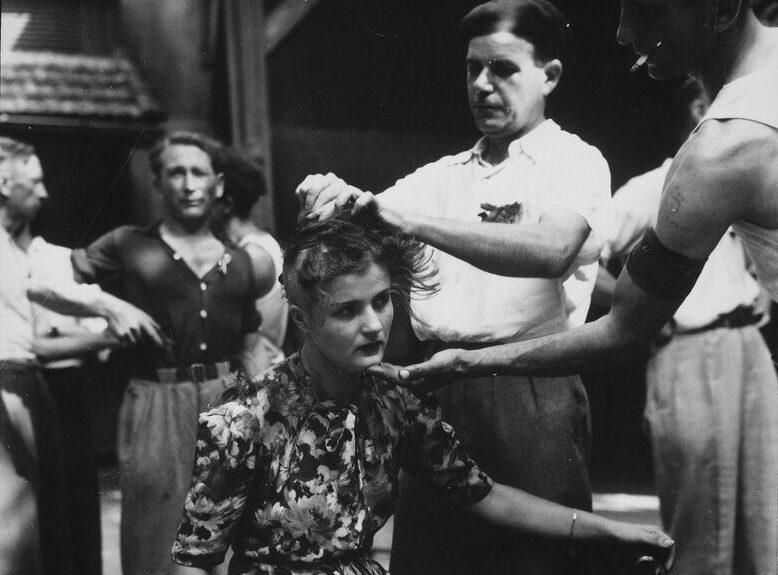 Женщине бриют голову в наказание