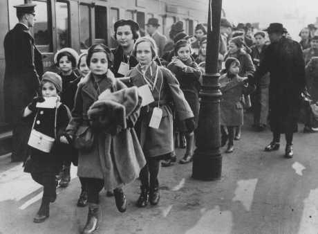 Австрийские дети с бирками на шеях прибыли в Англию «Киндертранспортом»