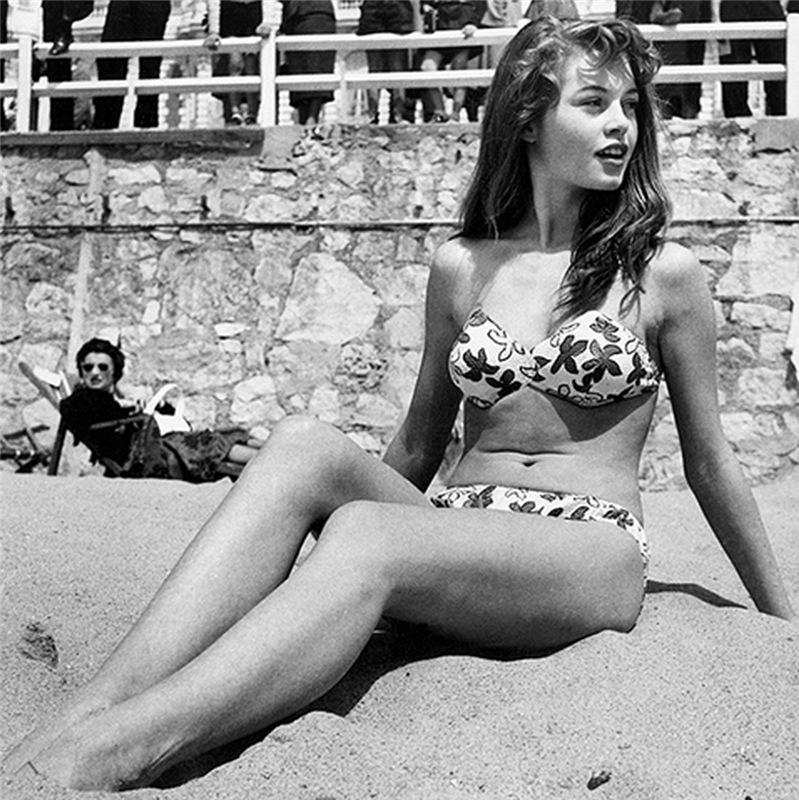 Бриджит Бардо на пляже в купальнике
