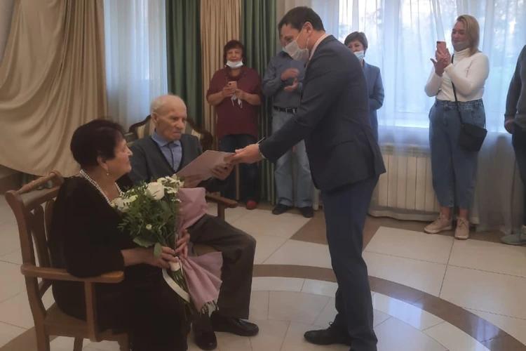 В Иркутске пожилая пара сыграла свадьбу: они сорок лет прожили душа в душу и поженились в девяносто